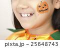 ハロウィンの仮装をする女の子 25648743