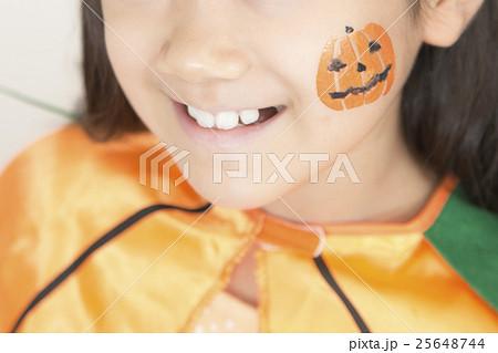 ハロウィンの仮装をする女の子 25648744