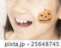 ハロウィンの仮装をする女の子 25648745