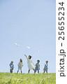 草原で紙飛行機を飛ばす小学生と先生 25655234
