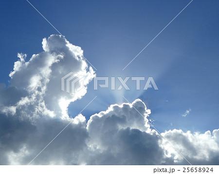 雲の後ろから太陽の光が射す 25658924