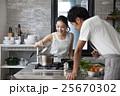 料理をするカップル 25670302