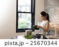 人物 女性 キッチンの写真 25670344