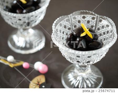 馬上杯に盛った黒豆と飾り(横位置) 25674711