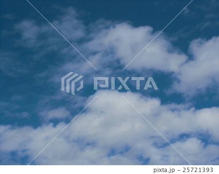 秋の青空と白い雲 25721393