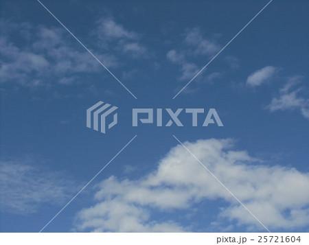 秋の青空と白い雲 25721604