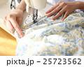 女性 ミシン 手の写真 25723562