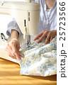 女性 ミシン 手の写真 25723566