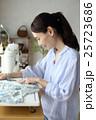 女性 洋裁 裁縫の写真 25723686