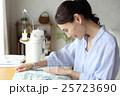 女性 洋裁 裁縫の写真 25723690