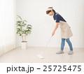 床をモップで拭く若い女性 25725475