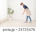 床をモップで拭く若い女性 25725476