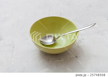 green bowl with metal spoon on gray concreteの写真素材 [25748508] - PIXTA