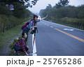 ヒッチハイクする女性 25765286