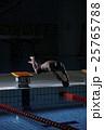 飛び込む水泳選手 25765788