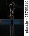 スタートに着く水泳選手 25765810