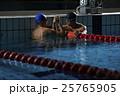 喜び合う水泳選手達 25765905