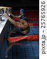 スタートに着く水泳選手達 25765926