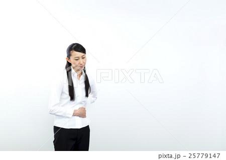 写真素材: 腹痛 お腹を抱えるビジネスウーマン