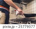 飲食店 フライパン 料理の写真 25779377