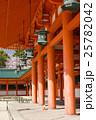 平安神宮、外拝殿の朱塗りの柱に桜 25782042