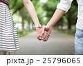 並木道を手をつないで散歩する若いカップル 25796065