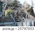 千葉県船橋市の習志野駐屯地のフェンスと有刺鉄線 25797053