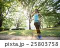 代々木公園でランニングの途中、休憩をする若い女性 25803758