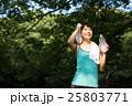 公園でランニング中、水分補給をする若い女性 25803771