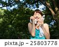 公園でランニング中、水分補給をする若い女性 25803778