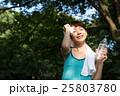 公園でランニング中、水分補給をする若い女性 25803780
