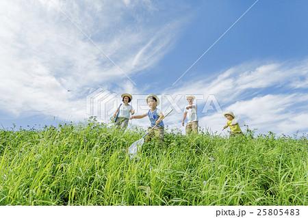夏の土手で遊ぶ4人家族 25805483
