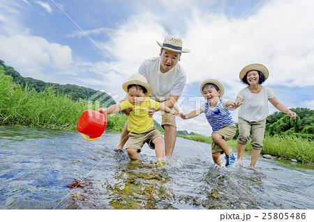 夏の河原で遊ぶ4人家族 25805486