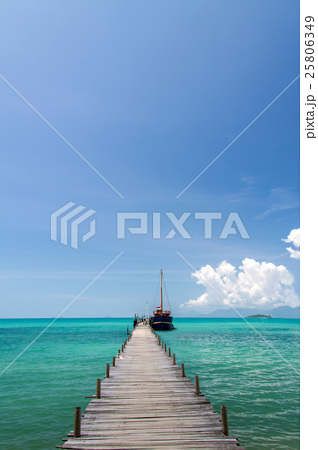 old wood bridge pier and blue sky andaman seaの写真素材 25806349