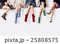 色々な靴を履いて座っている女性達。ファッションイメージ 25808575