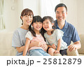 家族 笑顔 寄り添うの写真 25812879