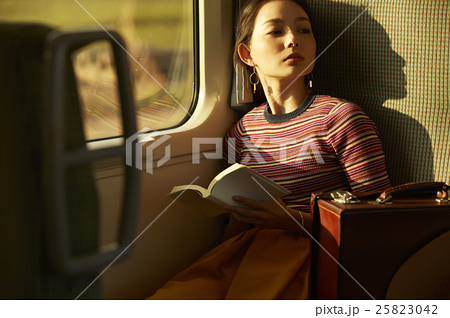 一人旅をする女性 25823042