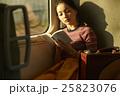 一人旅をする女性 25823076
