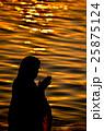 インド、ガンジス川の沐浴 25875124