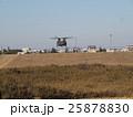 千葉県船橋市の習志野駐屯地で新春に行われる降下訓練始めで飛行する大型輸送用ヘリコプター 25878830