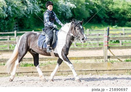 乗馬の練習をする少女 25890697