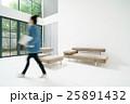 ライフスタイル・リビング・歩く女性 25891432
