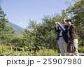 散策を楽しむ夫婦 25907980