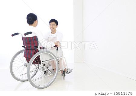 介護 シニア 介護士 介護福祉士 ホームヘルパー 車椅子 車いす 女性 男性 病院 看護 リハビリの写真素材 [25911579] - PIXTA