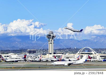 ロサンゼルス国際空港の管制塔と...