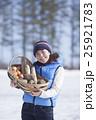 越冬野菜 女性 収穫の写真 25921783