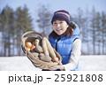 越冬野菜 女性 収穫の写真 25921808