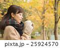 ホットコーヒーを持つ女性 25924570