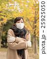 コートを着た女性 25925050
