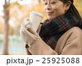 ホットコーヒーを持つ女性 25925088